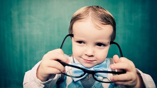 Дете с пуловер и очила