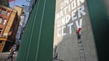 Една нация под видеонаблюдението  - графит на Banksy