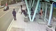 Млад мъж преби жестоко баба на автобусна спирка в Бургас