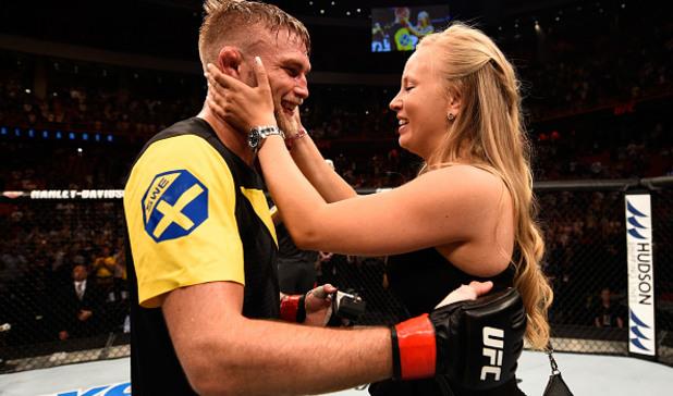 d12cd5689ad Перфектен нокаут и предложение за брак в клетката на UFC | sportcafe.bg