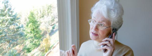 Възрастна дама с телефон
