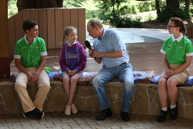 "Посещение на Путин в детски лагер ""Артек"", Крим"