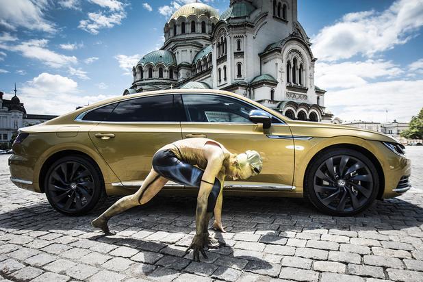 Фотосесия с бодипейт на Алиса Белоусова и новия VW Arteon