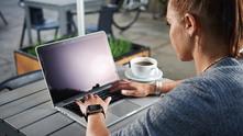 момиче на компютър, компютър, лаптоп, жена с компютър
