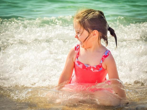 Дете на море