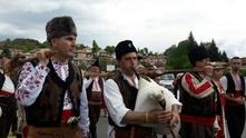 Цветан Цветанов в народна носия с калпак