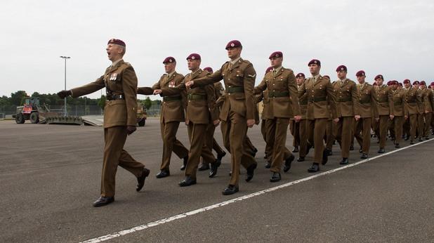 Британски военни маршируват в парадни униформи