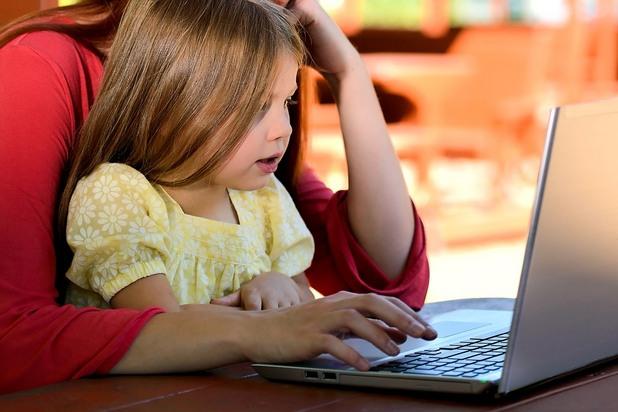 дете пред компютър, дете пред лаптоп, лаптоп, дете