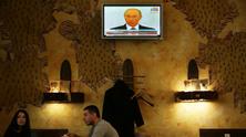 Владимир Путин по телевизията в ресторант в Източна Украйна