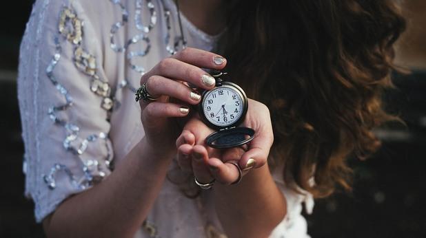 момиче с часовник, часовник, време