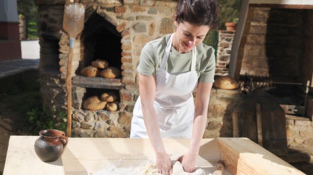 Жена меси хляб
