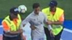 Двойник на Кристиано Роналдо, нахлул на терена