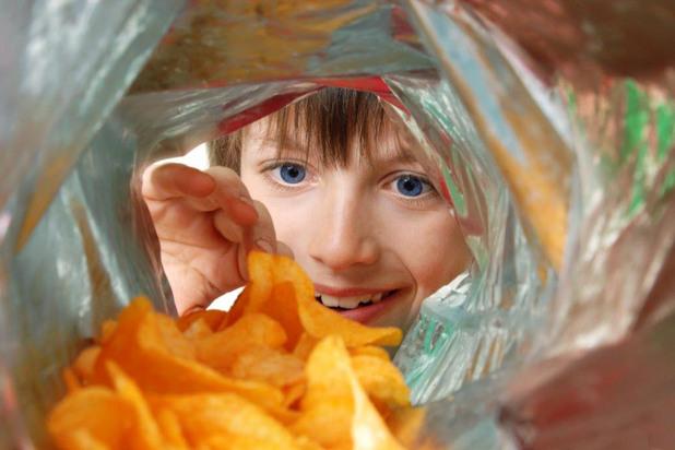 Дете яде чипс