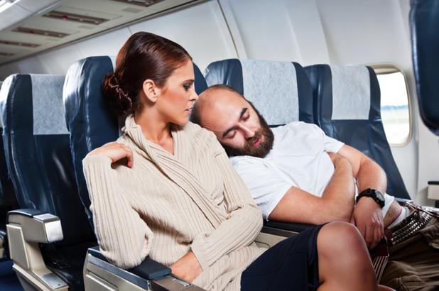 жена в самолет, самолет, полет, заспал мъж
