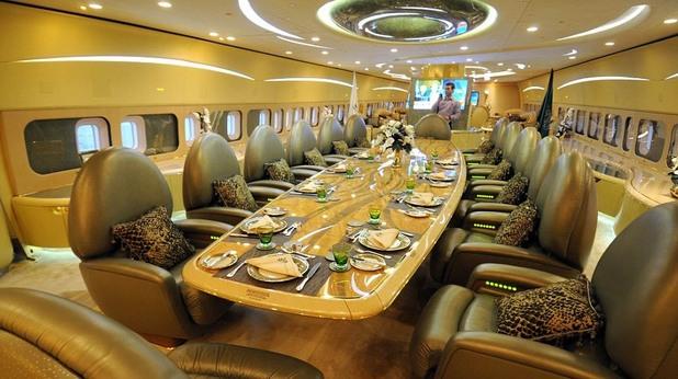 Трапезарята в самолета на принц Алуалид