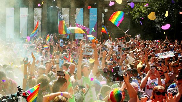 В Австралия празнуват резултатите от референдума за еднополовите бракове