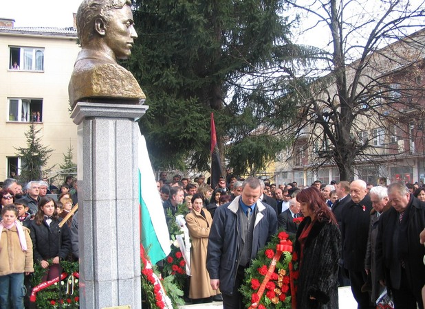 Българите в Босилеград пред паметника на Левски