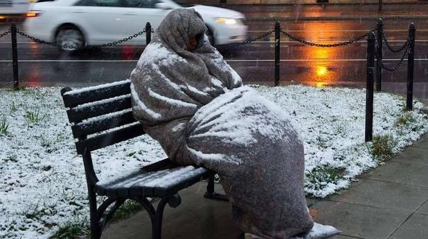 Бездомен човек през зимата