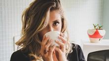 кафе, мацка с кафе, момиче с кафе, жена с кафе, чаша кафе