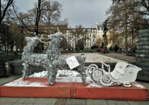 елени пред народния театър
