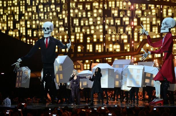 Кейти Пери и Скип Марли пеят на фона на кукли на Доналд Тръмп и Тереза Мей