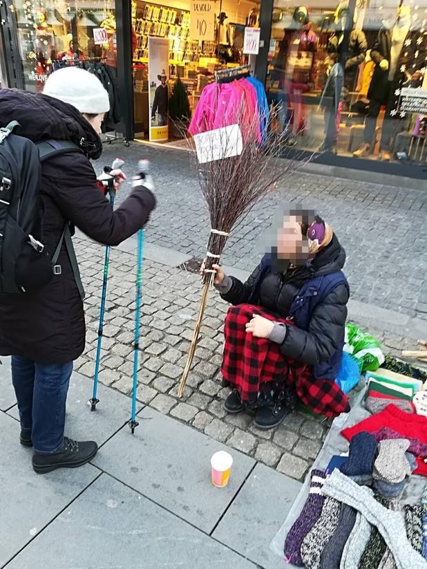 просякиня на главната улица в град Кристиансанд, Норвегия