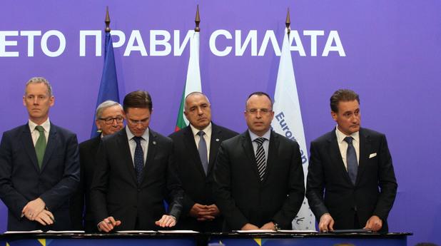 кирил домусчиев при подписването на договора за заем за биовет
