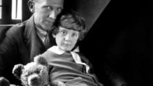 Алън Милн със сина си Кристофър Робин Милн
