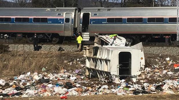 Влак с републикански конгресмени удари боклукчийски камион