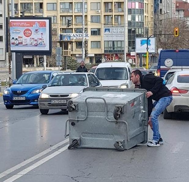Вятърът изпрати контейнер за боклук върху пътно платно в София