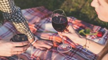 вино, чаши с вино, хора с вино, двойка пие вино