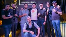 Максимилиан Уорнър с барманите от Chivas Masters