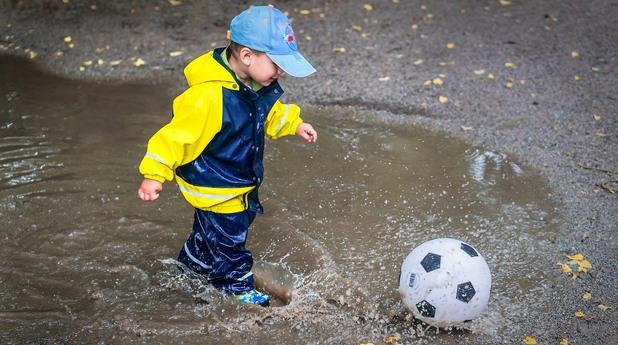 дете, деца, дете с топка, игра, детство