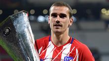 Антоан Гризман с трофея от Лига Европа