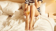 pantsdrunk, крака, жена с чаша вино, бяло вино