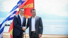 zaev-tsipras-flags