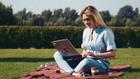 парк, жена в парка, жена с лаптоп, работа в парка