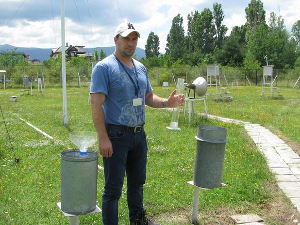 Орлин Георгиев показва дъждомер на Вилд в метеорологичния парк към измервателната станция в София