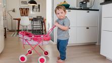 момче с розова количка