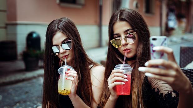 мацки, момичета, селфи, две момичета, градски момичета