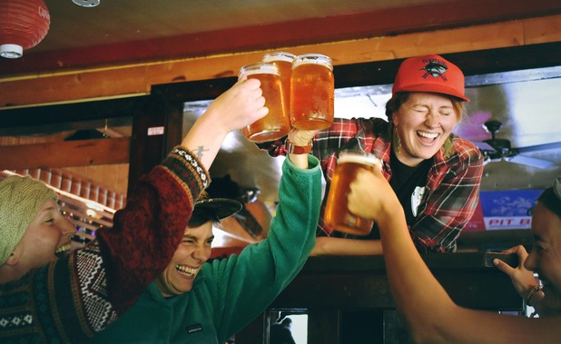 бира, бири, наздравица, халби с бира, компания с бира, тост