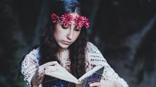 хипи, хипарка, мацка с книга, жена чете