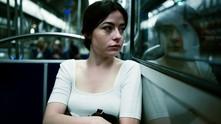 момиче, тъжно момиче, притеснено момиче, жена, жена в градския транспорт, градски транспорт