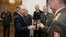 руският президент владимир путин в компанията на висши офицери от гру