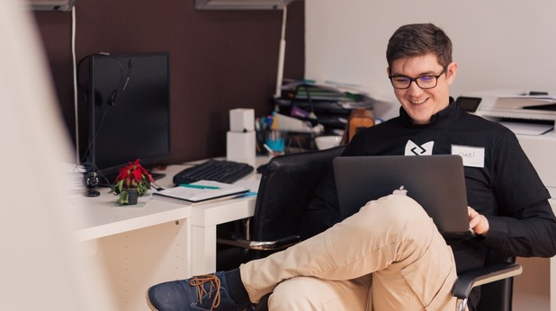 Мъж пред компютър