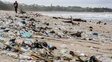 Плаж, замърсен с пластмаса
