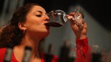 Жена пие вино