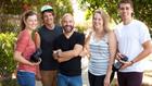 """Джошуа Харис с младежи, които му помагат за проекта """"Аз оцелях 'Казах сбогом на срещите'"""""""
