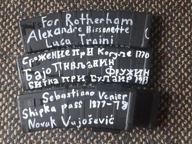 надписи на кирилица върху пълнителите на автомата на брентън тарант