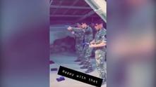 Британски войници стрелят по снимка на Джереми Корбин